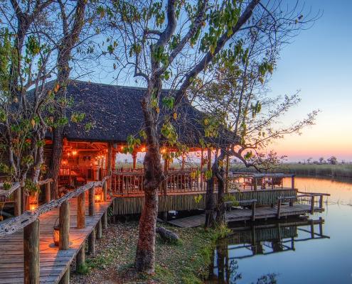 Pasarelas frente a la laguna de Xakanaka